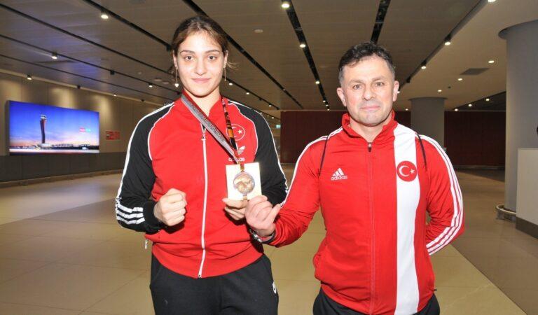 Dünya şampiyonu milli boksör Büşra Işıldar yurda döndü